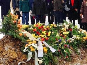trauerfeier_mit_beerdigung_ohne_koepfe_img_2914 Bestattungen Dunker | Bestattung & Trauerfeier